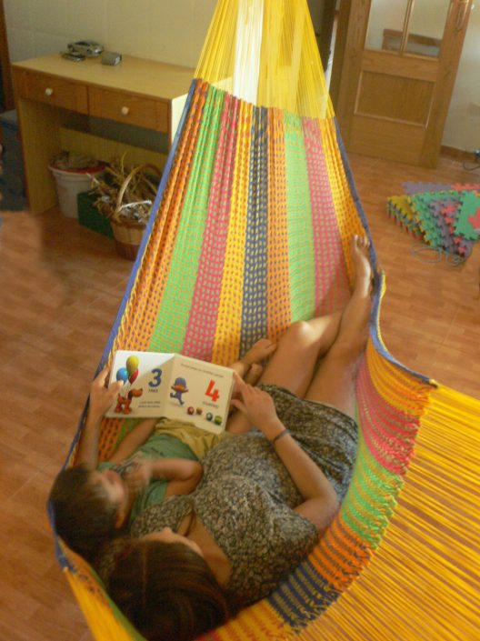 leyendo un cuento en hamaca