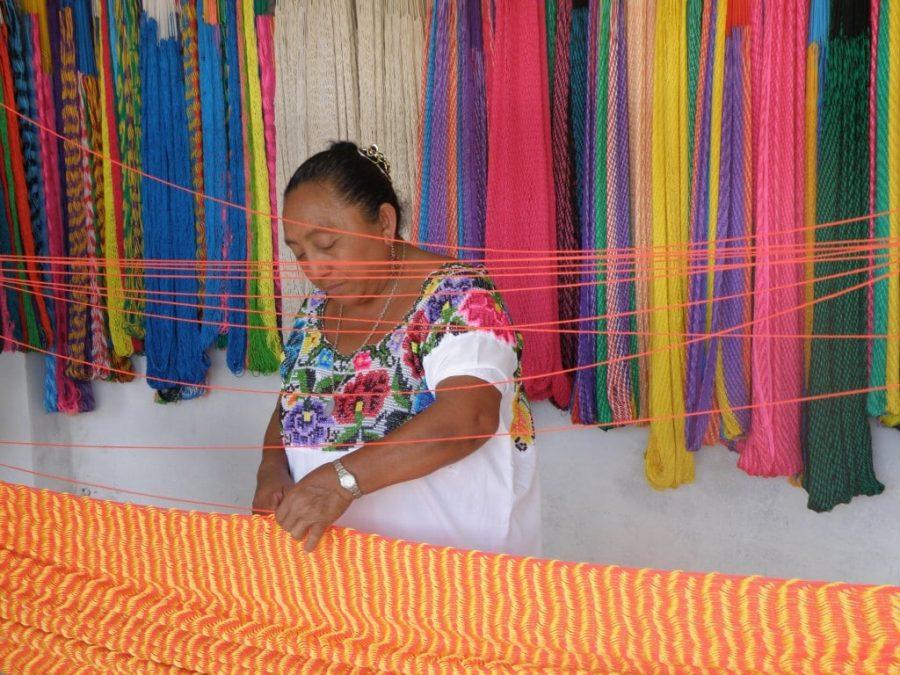 Mujer maya tejiendo hamaca