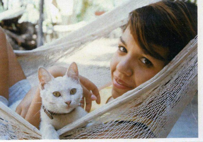 en hamaca con gato