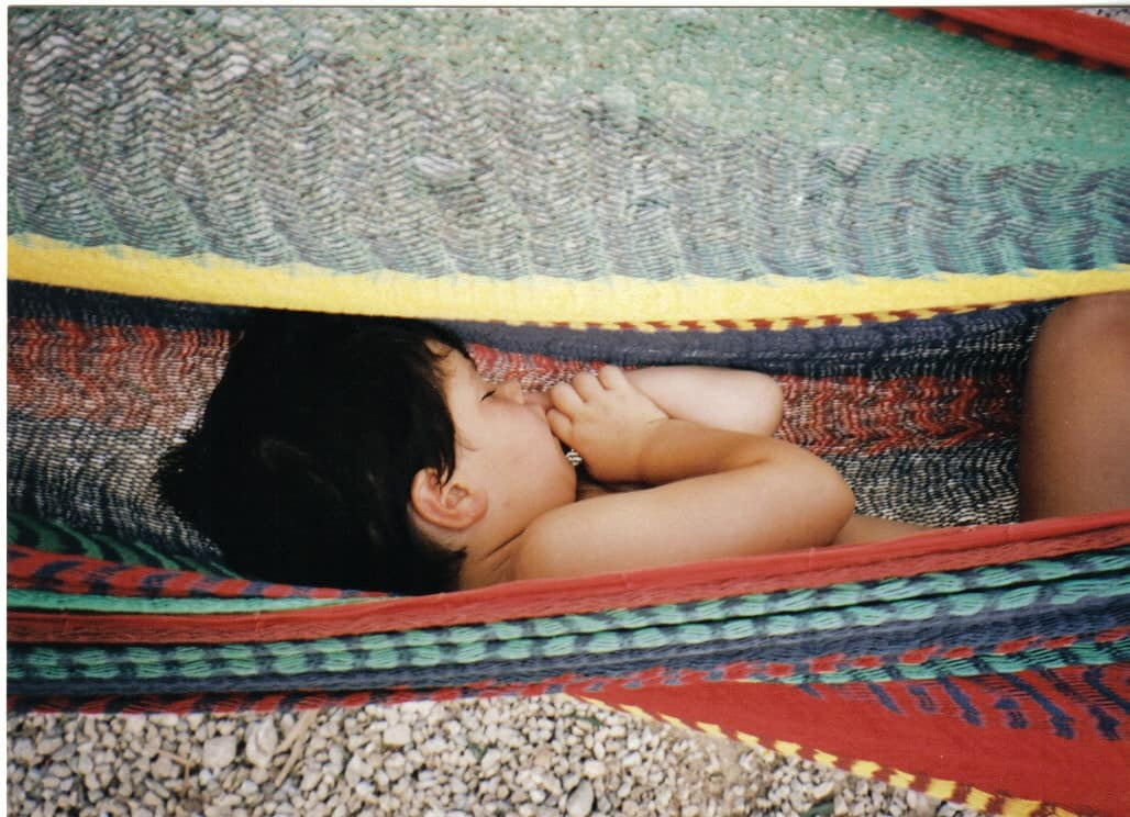 profundamente dormida en hamaca